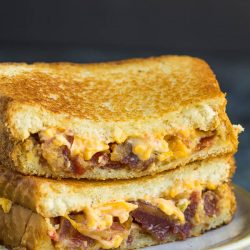 Jalapeno Pimento Bacon Grilled Cheese sandwich recipe is a gourmet grilled cheese with jalapeno pimento cheese & candied bacon. #baking #recipes #grilled #grilledcheese #cheese #bacon #callmepmc