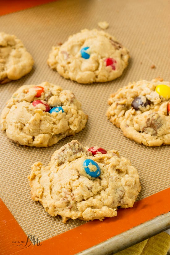 Soft Peanut Butter Oatmeal Cookie Recipe are heavenly cookies, full of chocolate and peanut butter.