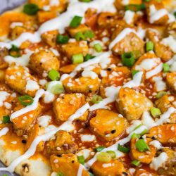 Easy Buffalo Chicken Flatbread is a fun, easy pizza recipe made specifically with college dorm or small apartment residents in mind. #buffalochicken #flatbread #pizza #studentrecipes #dormroomrecipes #easyrecipes #budgetfriendly #chicken
